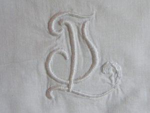 Geborduurd monogram kussensloop